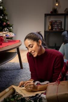 Mulher feliz, escrevendo uma carta