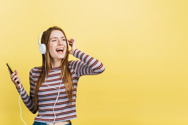 Mulher feliz, escutar música