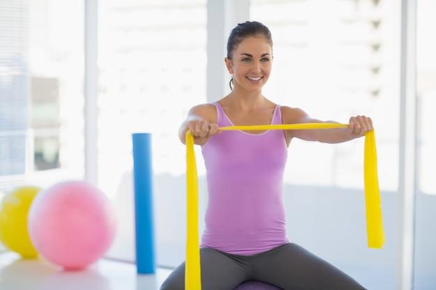 Mulher feliz exercitando no estúdio de fitness