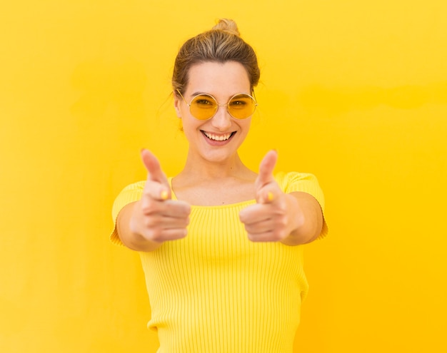 Mulher feliz, expressando aprovação Foto gratuita