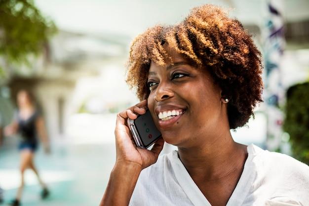 Mulher feliz falando ao telefone