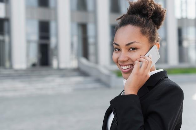 Mulher feliz, falando telefone