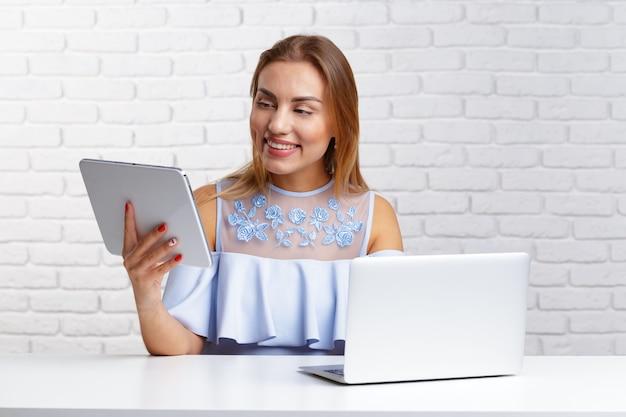 Mulher feliz fazendo compras on-line em casa