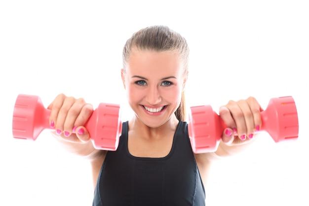 Mulher feliz fazendo exercícios com halteres