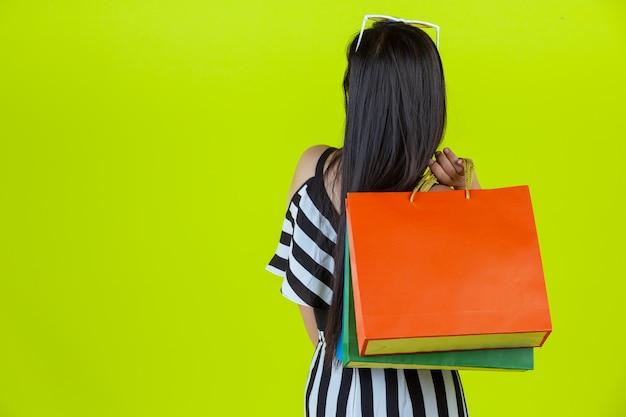 Mulher feliz, fazer compras com sacolas de compras
