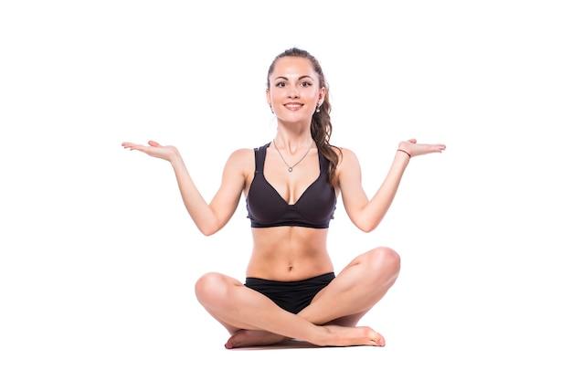 Mulher feliz fitness fazendo exercícios de alongamento isolados em um fundo branco.