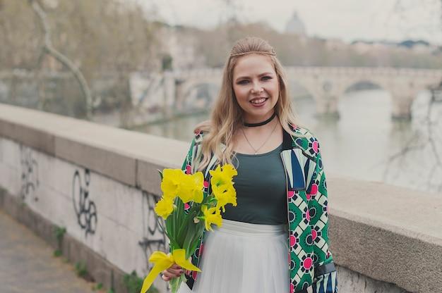 Mulher feliz jovem hippie em roma