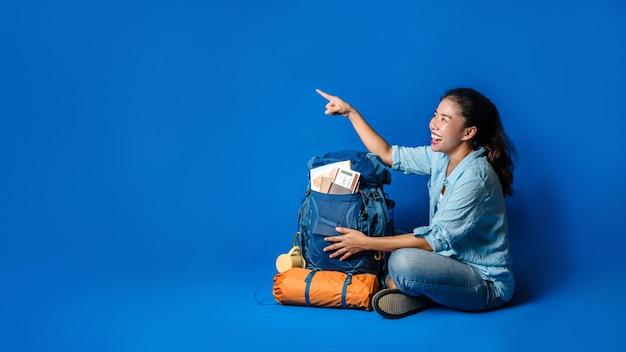 Mulher feliz jovem viajante asiática com camisa azul