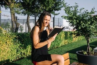Mulher feliz, leitura, livro, parque