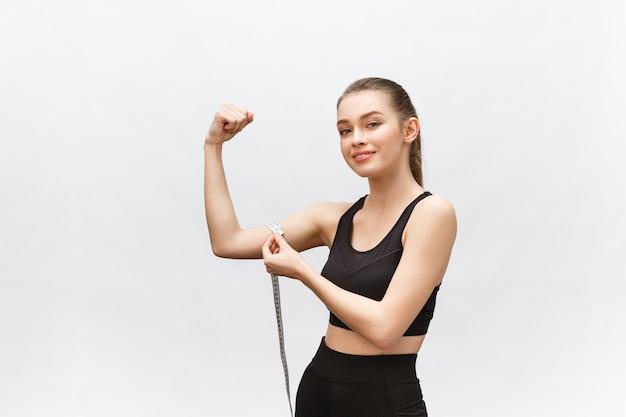 Mulher feliz magro com fita métrica. resultados positivos da dieta para perda de peso.