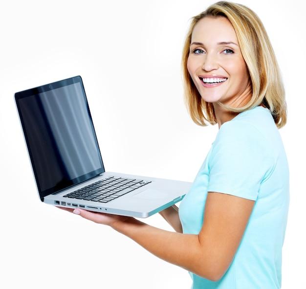 Mulher feliz mostrando laptop