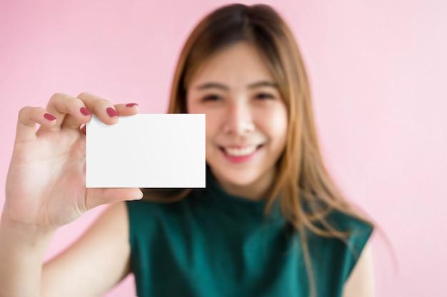 Mulher feliz mostrar um cartão em branco para maquete, caminho de recorte incluído