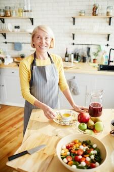 Mulher feliz na cozinha moderna