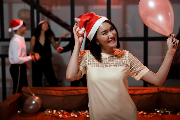 Mulher feliz na festa de ano novo