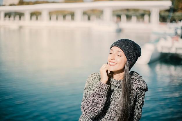 Mulher feliz na frente da água