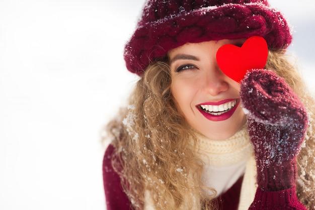 Mulher feliz na paisagem de inverno