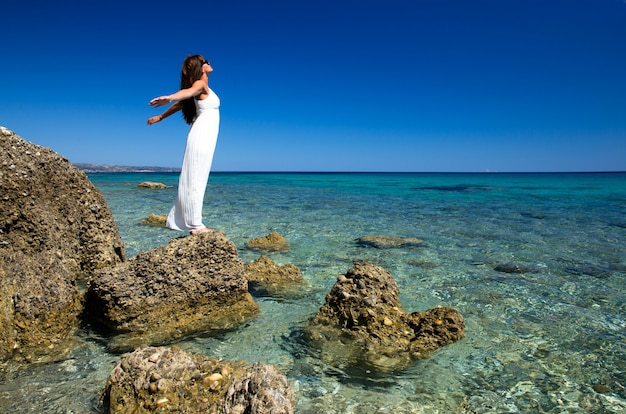 Mulher feliz na paisagem do mar