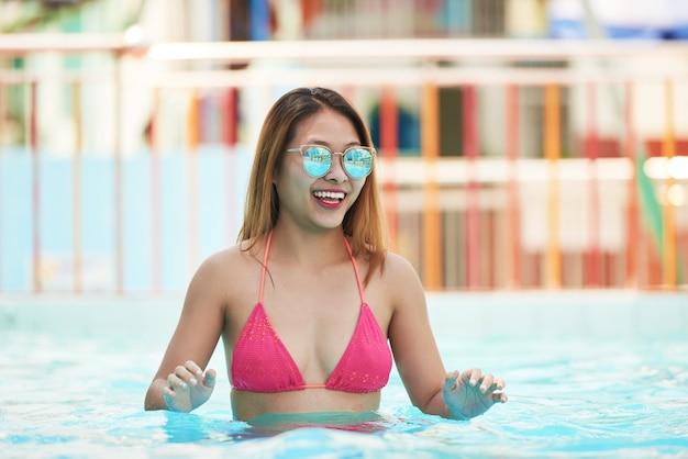 Mulher feliz na piscina