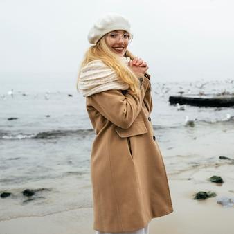 Mulher feliz na praia no inverno