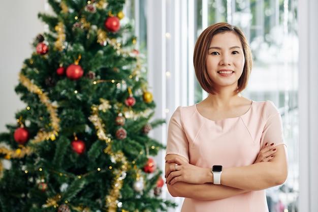Mulher feliz na véspera de natal