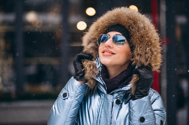 Mulher feliz no casaco azul