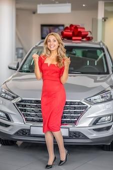Mulher feliz no fundo do carro novo