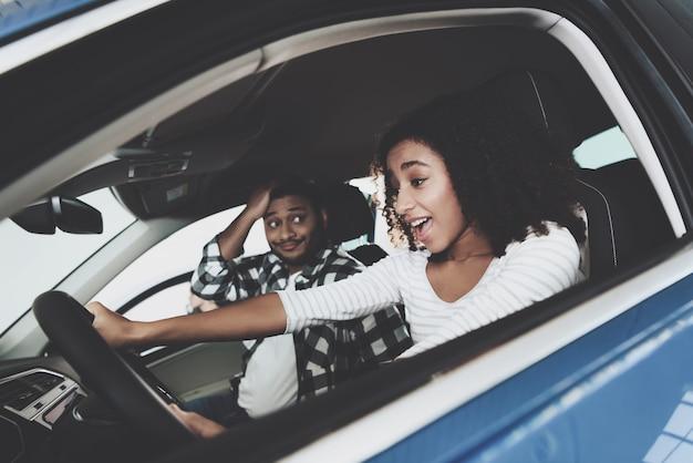 Mulher feliz no passageiro chocado volante.