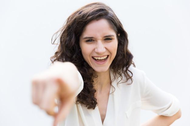 Mulher feliz ou estagiário apontando o dedo indicador