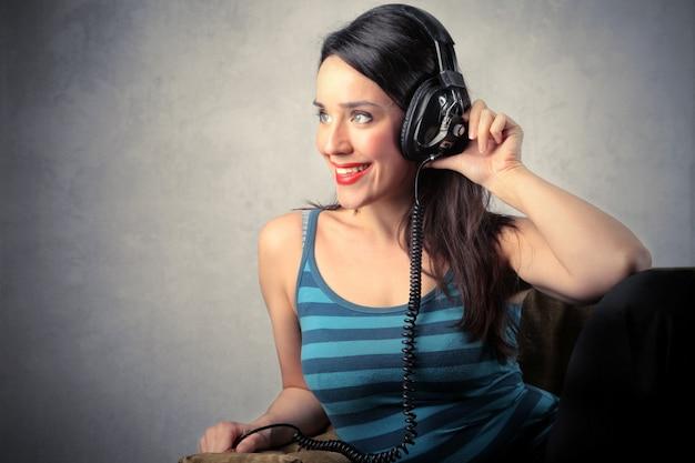 Mulher feliz ouvindo música em fones de ouvido