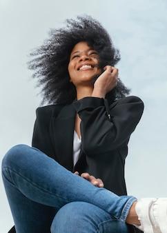 Mulher feliz posando ao ar livre