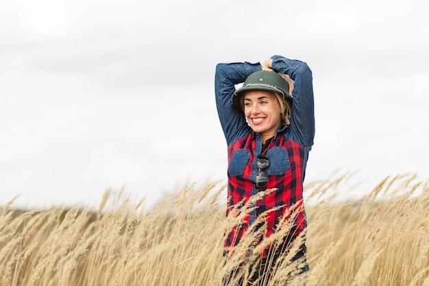 Mulher feliz posando com trigo