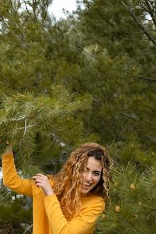 Mulher feliz posando de tiro médio