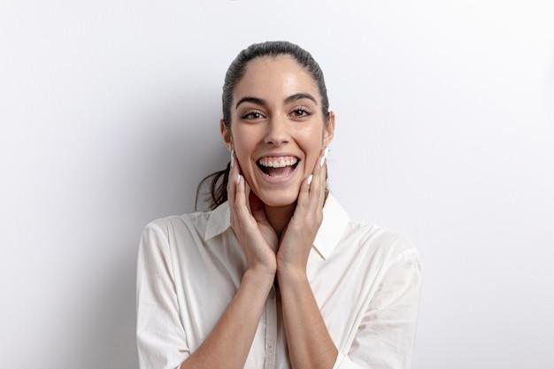 Mulher feliz posando e sorrindo