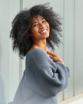 Mulher feliz posando foto média
