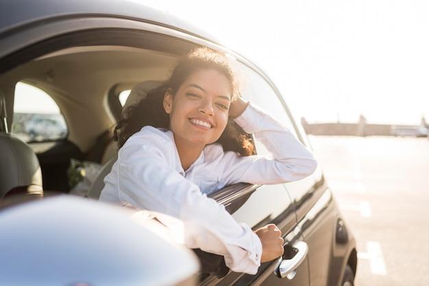 Mulher feliz posando na janela