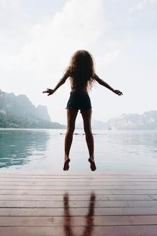 Mulher feliz pulando de alegria