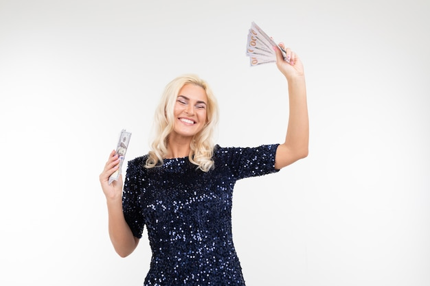 Mulher feliz, recebendo um salário em um fundo branco, com espaço de cópia