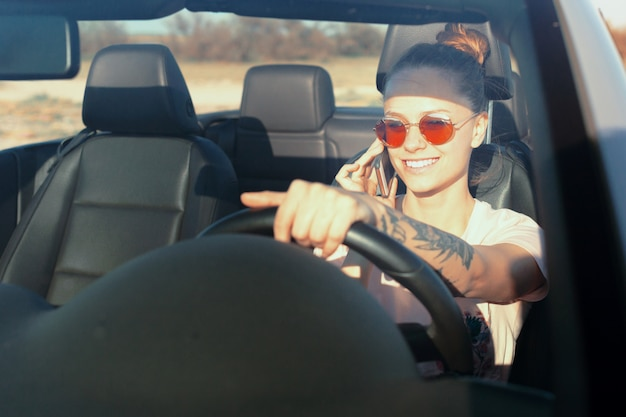 Mulher feliz relaxada, viajando em um carro