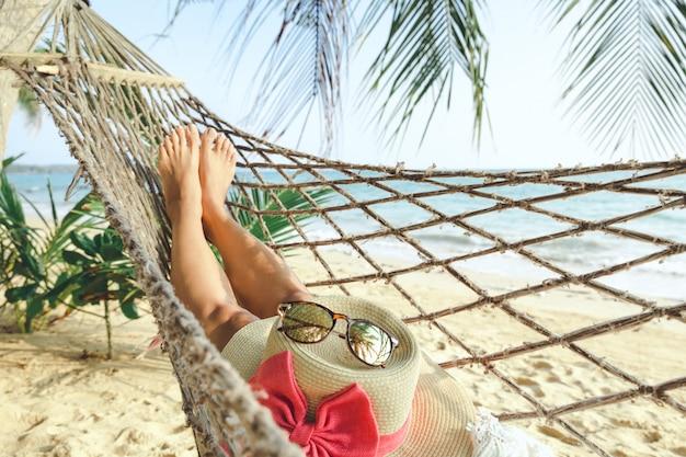 Mulher feliz, relaxante, em, rede