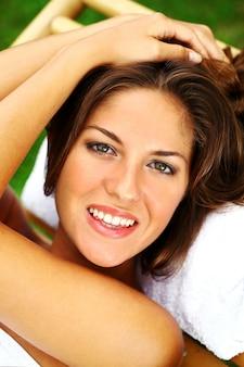 Mulher feliz relaxante na espreguiçadeira