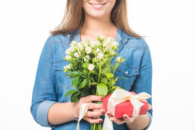 Mulher feliz, segurando, caixa presente, e, flores frescas