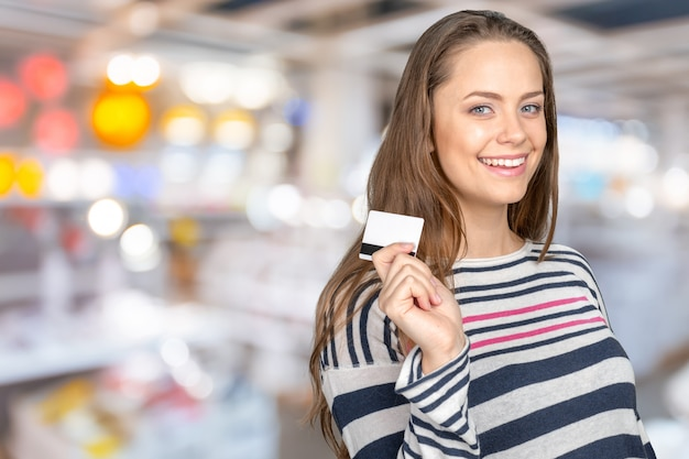 Mulher feliz, segurando, cartão crédito