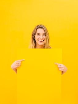 Mulher feliz, segurando papel