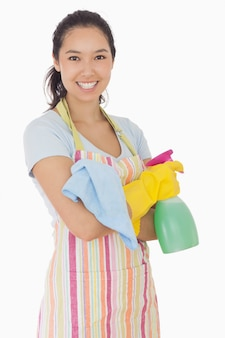 Mulher feliz segurando produtos de limpeza