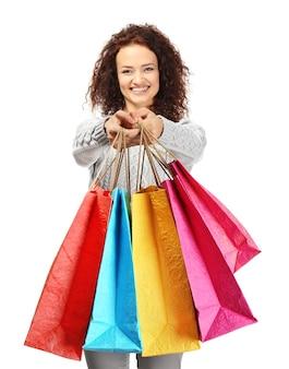 Mulher feliz segurando sacolas de compras no fundo branco