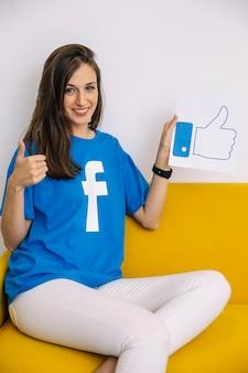 Mulher feliz, segurando, semelhante, ícone, mostrando, polegar cima, sinal