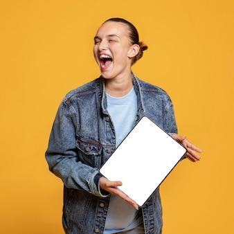Mulher feliz segurando tablet