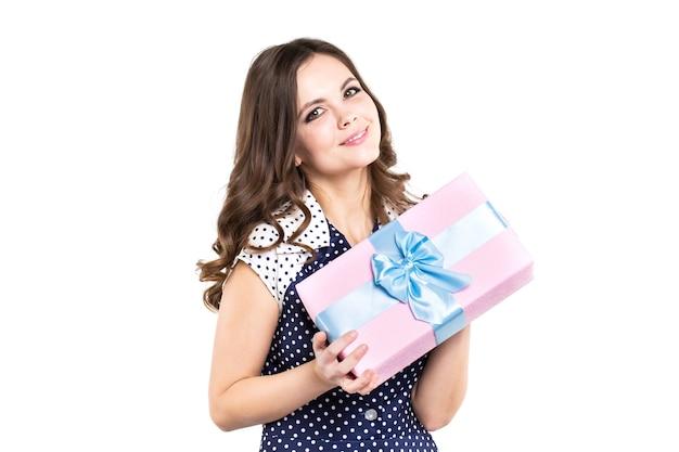 Mulher feliz segurando uma caixa de presente