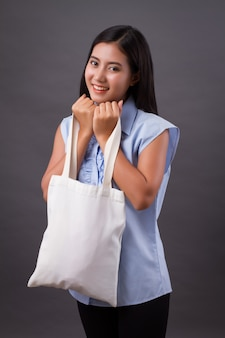 Mulher feliz segurando uma sacola reciclada