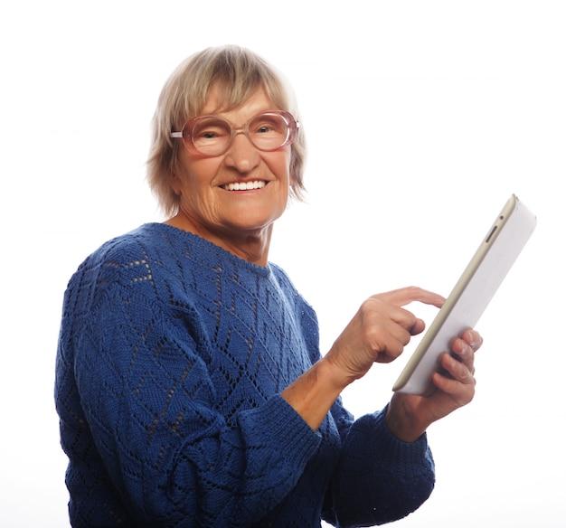 Mulher feliz sênior usando ipad